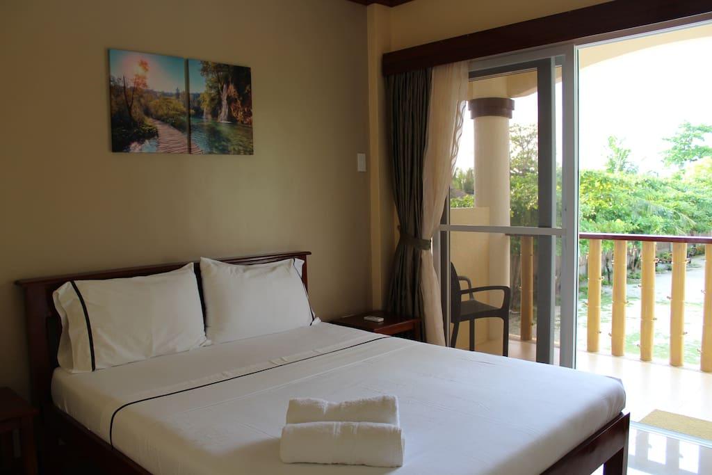 queen-size bed room w/ Balcony