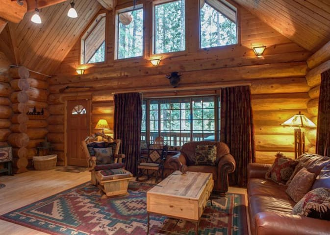 Secluded dog-friendly Riverwoods Lodge on the Sandy River with woodstove, hot tub