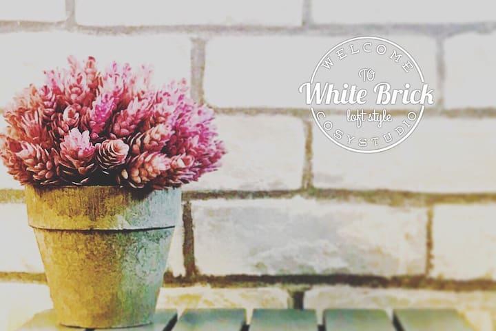 """WHITE BRICK"" Cozy & Charming Loft Style Studio"