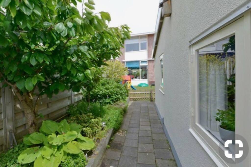 Buitenzijde van het zomerhuisje met de gedeelde tuin.