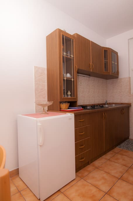 Fully equipped kitchen with refridgerator