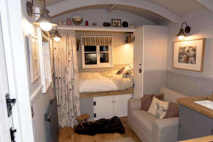 Cosy & Luxurious Shepherd's Hut near Cambridge