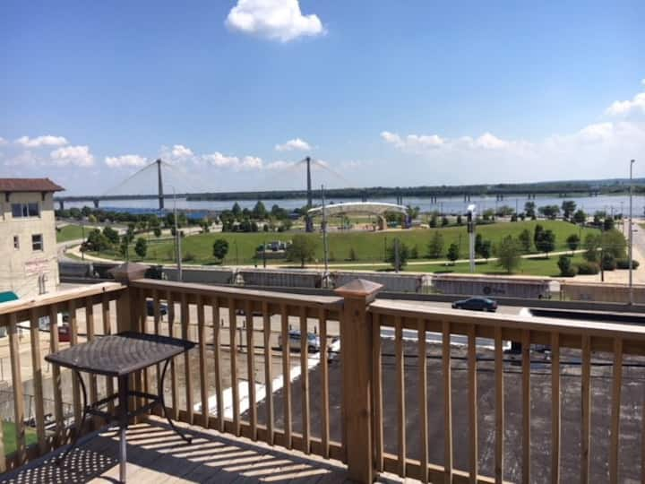 Riverview Loft! Downtown Alton