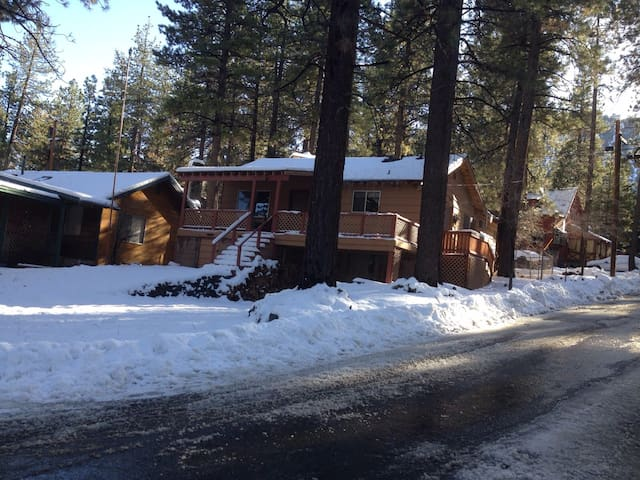 """Snow Place Like Home"" cozy retreat. - Wrightwood - Hus"