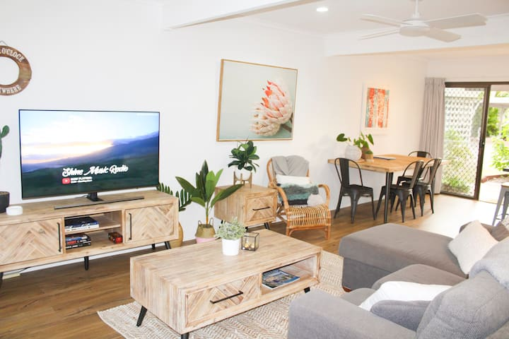 Living area with big screen TV and free Netflix