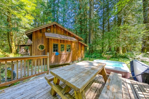 Private cabin w/ hot tub & wood stove, near Mt. Hood!