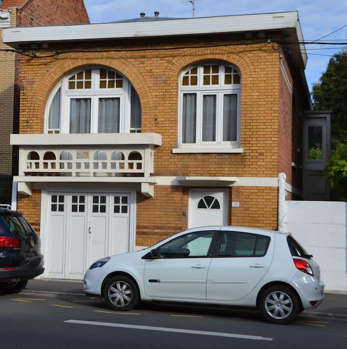 Vue de l'extérieur - côté rue (et place de parking devant la maison)