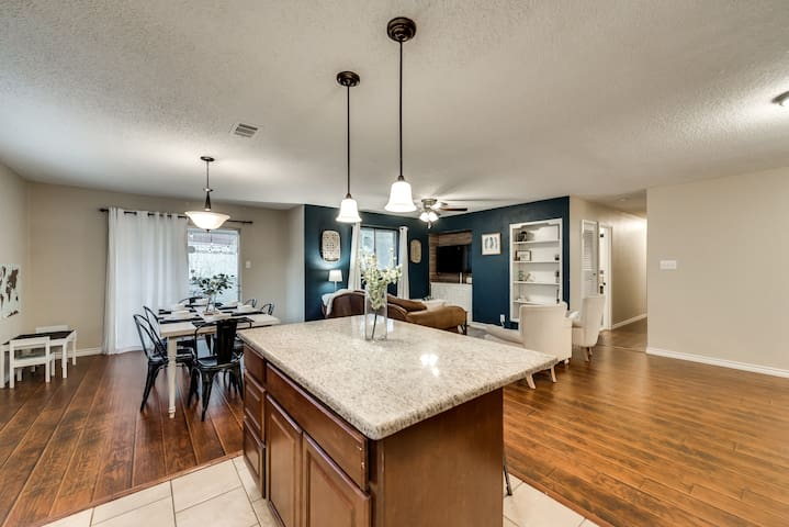 Walk to Cowboys Stadium! Cozy, updated home!