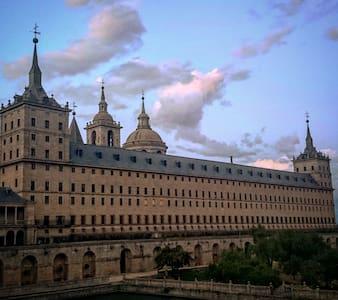 Habitación Impecable El Escorial, jardín y piscina - House