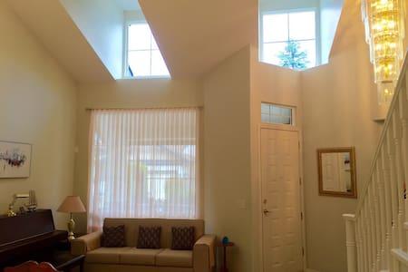 Comfortable 4 bedrooms basement - Langley - Huis