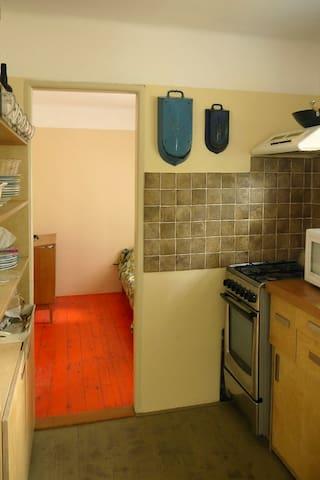 Kuchyň s pohledem do ložnice