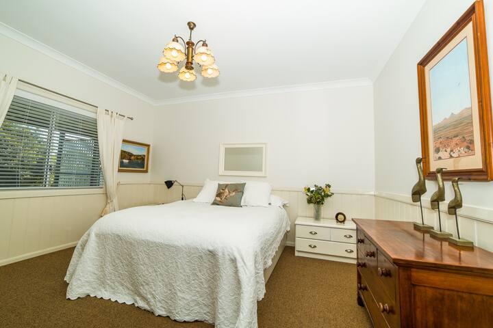 Master bedroom .. queen size bed