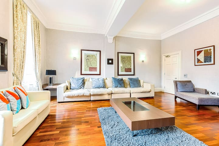 Luxurious 3 Bed Apartment in centre of Edinburgh