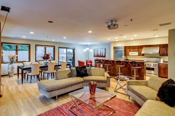 Fabulous MPLS Townhome-- Large Groups--Very Nice!