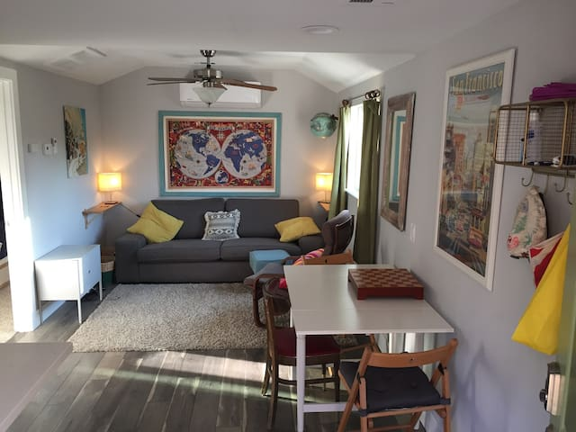 Cute private East Sac 1 bedroom apartment