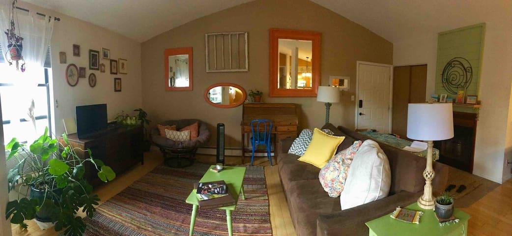 Cozy Boulder condo, quaint Thanksgiving getaway!