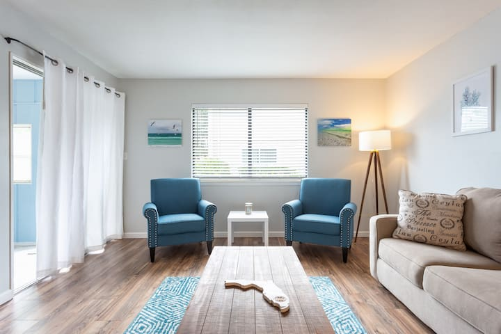 Pet Friendly, 1 Bedroom 1 Bathroom Private Beach!