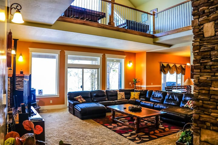 Large, Modern, Luxurious Cabin- Family Reunions, Golf, Relax!