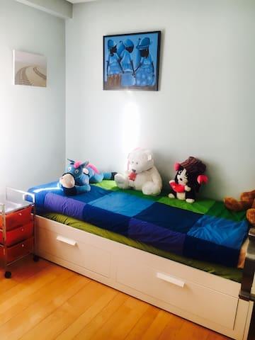 Segundo dormitorio,son 2 camas. La segunda cama se abre al deslizar el cajón inferior.