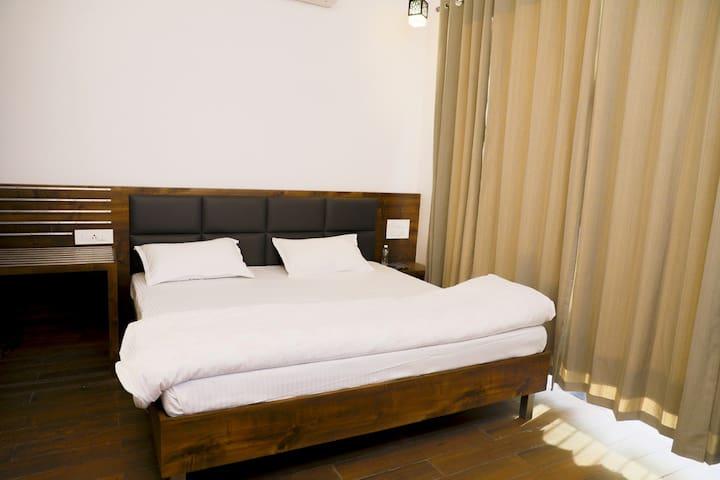 Serene luxury farmhouse stay near Ashok Udhyan