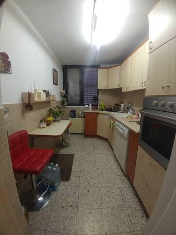 Сдам комнату в большой квартире в центре Холона