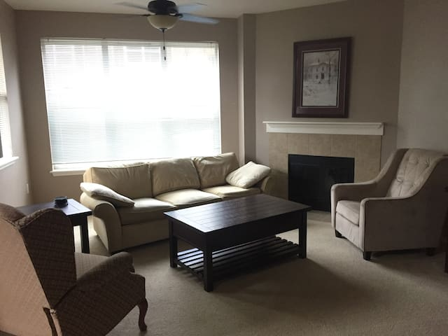 Convenient, Clean & Secure Townhouse in Lynnwood - Lynnwood