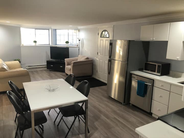 Spacious 3 bedroom guest suite on the hills!