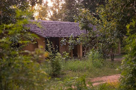 Kamp Kamouflage Kanha Jungle Home - Kanha - Lerhydda