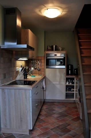 Küche mit Herd, Ofen, Geschirrspüler, Kühl- und Gefrierschank