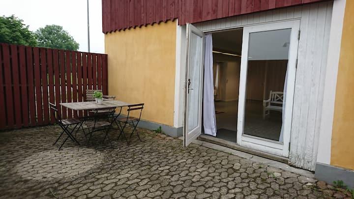 [3]  egen afgrænset terrasse og tæt på badestrand