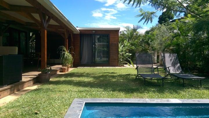 Studio, terrasse et piscine. 5 min. de l'aéroport.