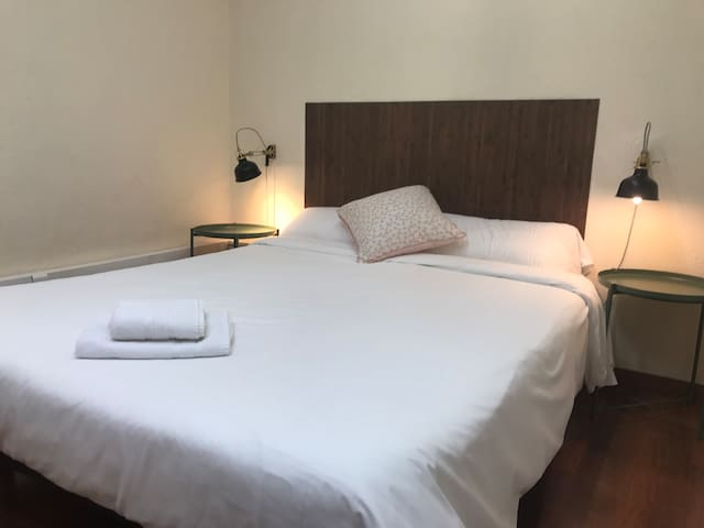 Room for 2 or 3, Barcelona center w/priv. bathroom