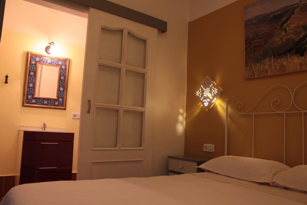 """Habitación """"verano"""" con cama  de matrimonio y baño. Bomba de calor y frío."""