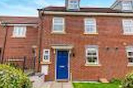 Large Double Modern House Superb Location - Northampton - Huis
