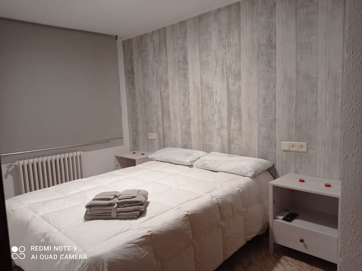 Alojamiento con habitación, salón,sofá cama y baño