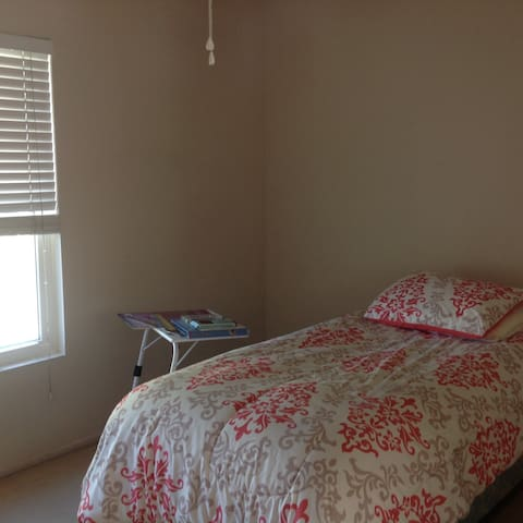 A safe, comfy home, away from home. - Victorville - Hus