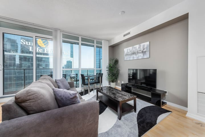 New downtown 40+ floor condo w lake and city view