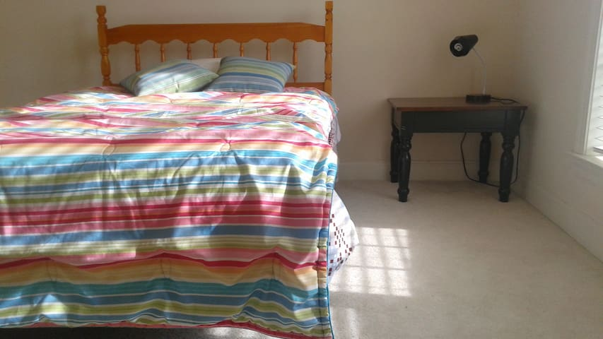 Quiet \comfy room w/ en suite bath - Gainesville - Casa
