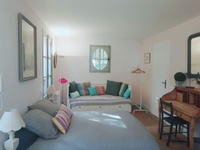 La chambre triple du RC. Un lit double, un lit simple.