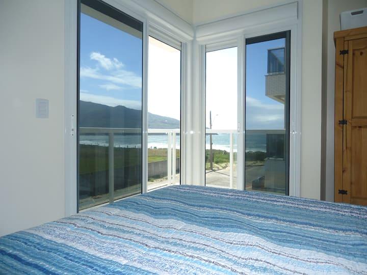 Apartamento frente à praia com duas Suites.