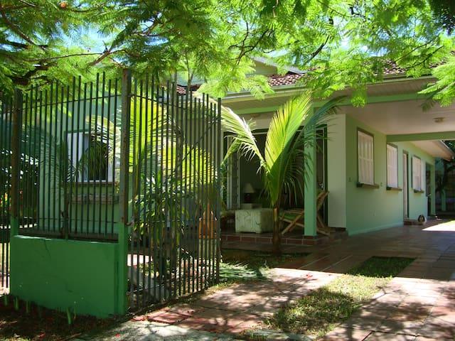 Casa central-Guaratuba. 4 quadras praia/19 pessoas - Guaratuba - Dom