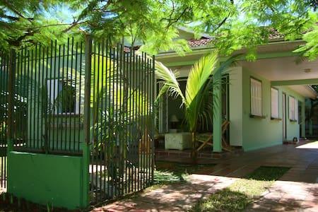 Casa central-Guaratuba. 4 quadras praia/19 pessoas - Guaratuba - House