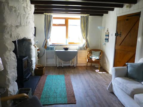 Charming cottage, 5 minutes walk to beach.