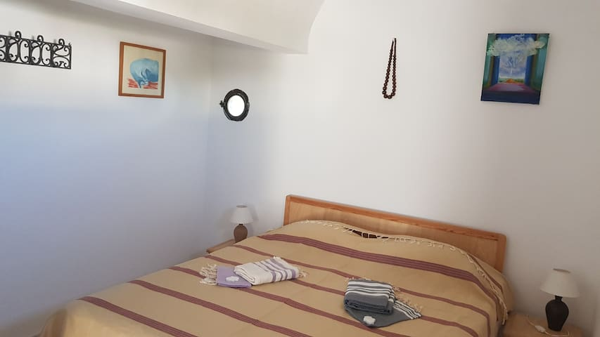 Chambre à l'étage lit king size, suite et balcon