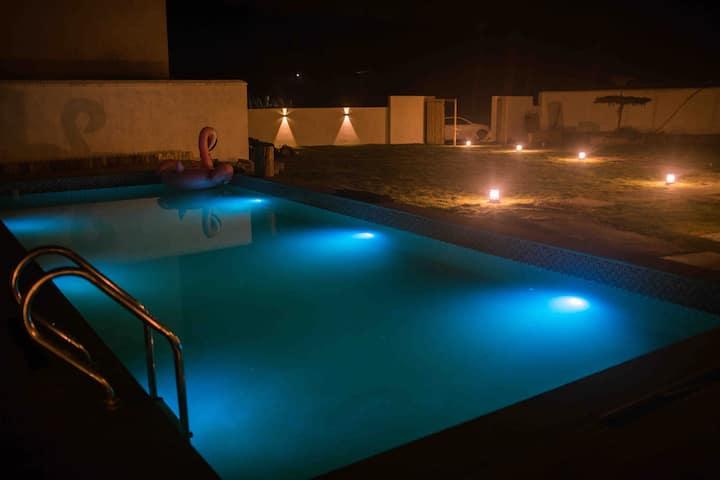 清晨里莫干山民宿复式亲子房间,有独立的浴缸,孩子可以通过天窗欣赏晚上的星星,体验真正大自然的感觉