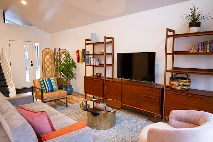 Homage to UT: Thoughtfully Designed Home 2 BD/2 BA