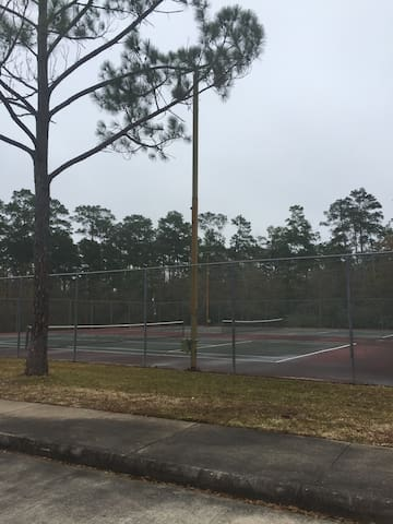 Tennis courts walking distance from Mandie's Humble Abode