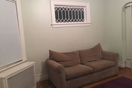Private Room with pull-out, Female Only Near Train - Montclair