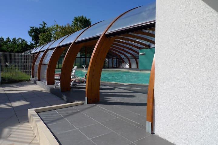 Vue extérieure de la piscine couverte du camping accessible de l'espace aquatique.