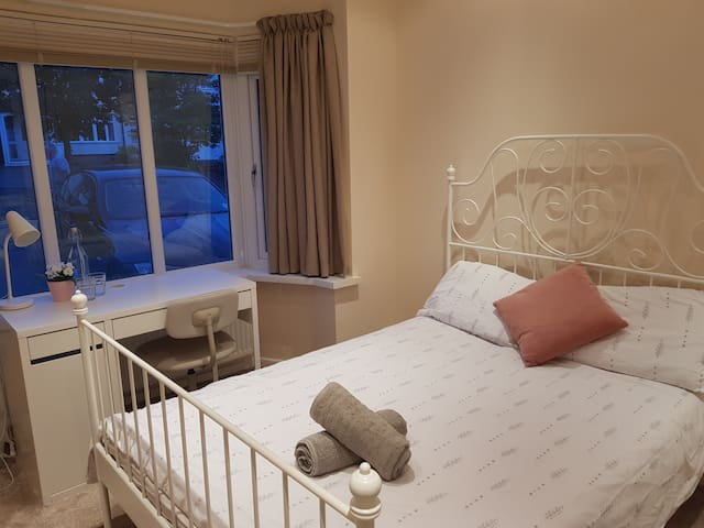 Selly OaK Double Room. 6 min drive to UoB and QEH